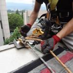 アイディ(下降器具)をセットし、アサップと笠木にまたがる動作とをあわせて、作業者の墜落からの保護は3ポイント