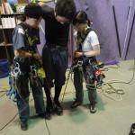支点を2個使用する目的は荷重分散。ロープの角度が小さいと、女性2人(支点)で男性の体重を支えることも容易