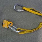 重い鉄のカラビナを軽いアルミ合金に換え、さらに 60cmのスリングをランヤードに転用した!