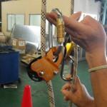コネクタを持ち上げると、ロープをグリップするカムの機能は失われる。