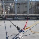 支持物は丸環2個で、荷重分散Yハング、赤いスリングでフェンスの根元に連結は気休め、2本のロープはリギングプレートに設置。(リギングプレートは逆向きにしたほうが良いでしょう。)