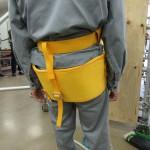 傾斜面用ハーネスのバックサイドベルト:レッグループがないので斜面が急になると身体は不安定になる
